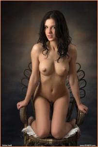 брюнеткка завлекает своей эротической фотографией