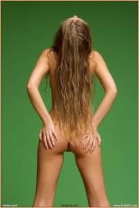 зеленый фон, голая спина и длинные волосы