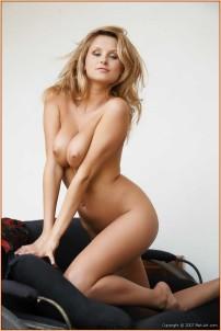 взрослая женщина учавствует в эротической фотографии