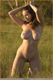 фото голой девушки с большими сиськами среди травы