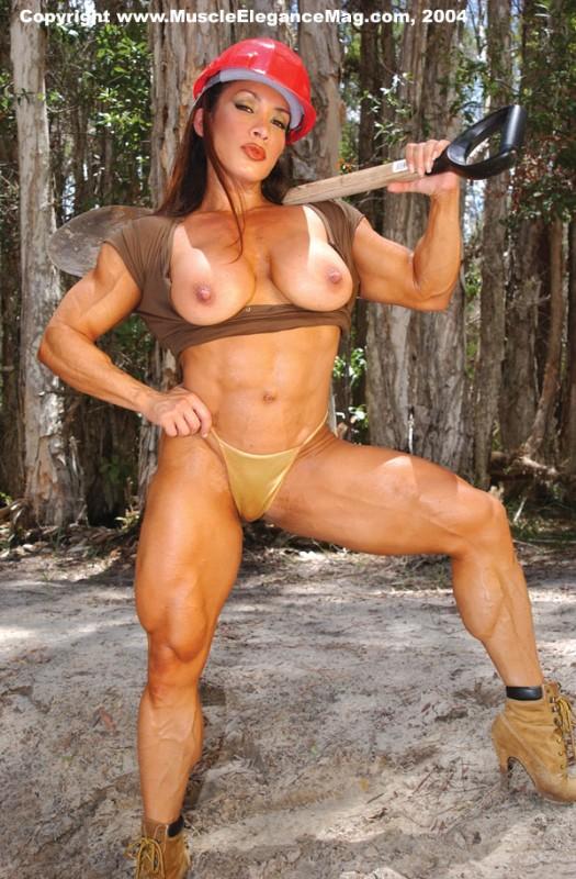 голая культуристка в лесу с лопатой