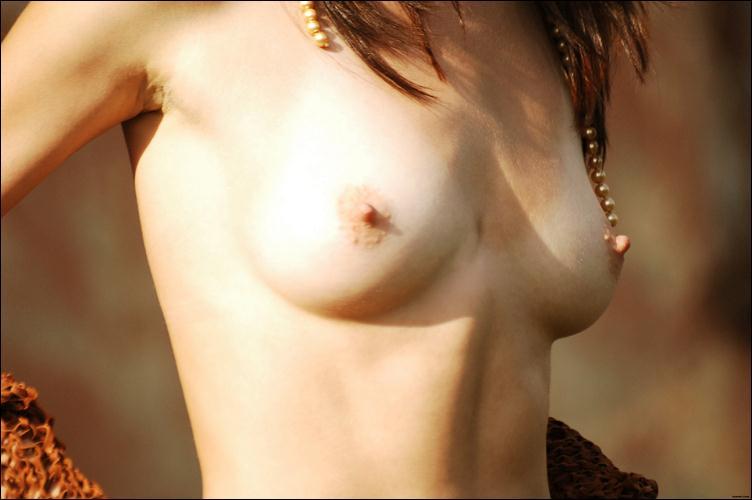 Фото со следами от ливчика на груди