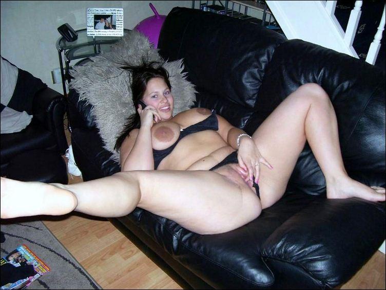 Женщина с огромными дойками раздвигает ноги