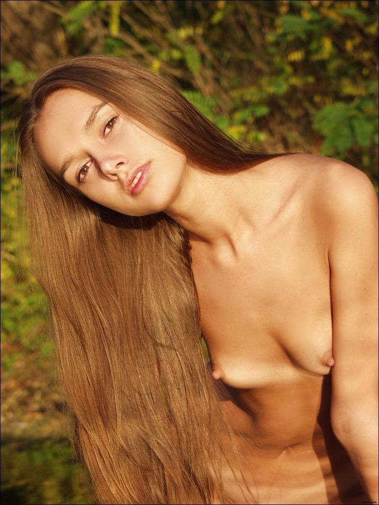Длинноволосая девушка на портрете