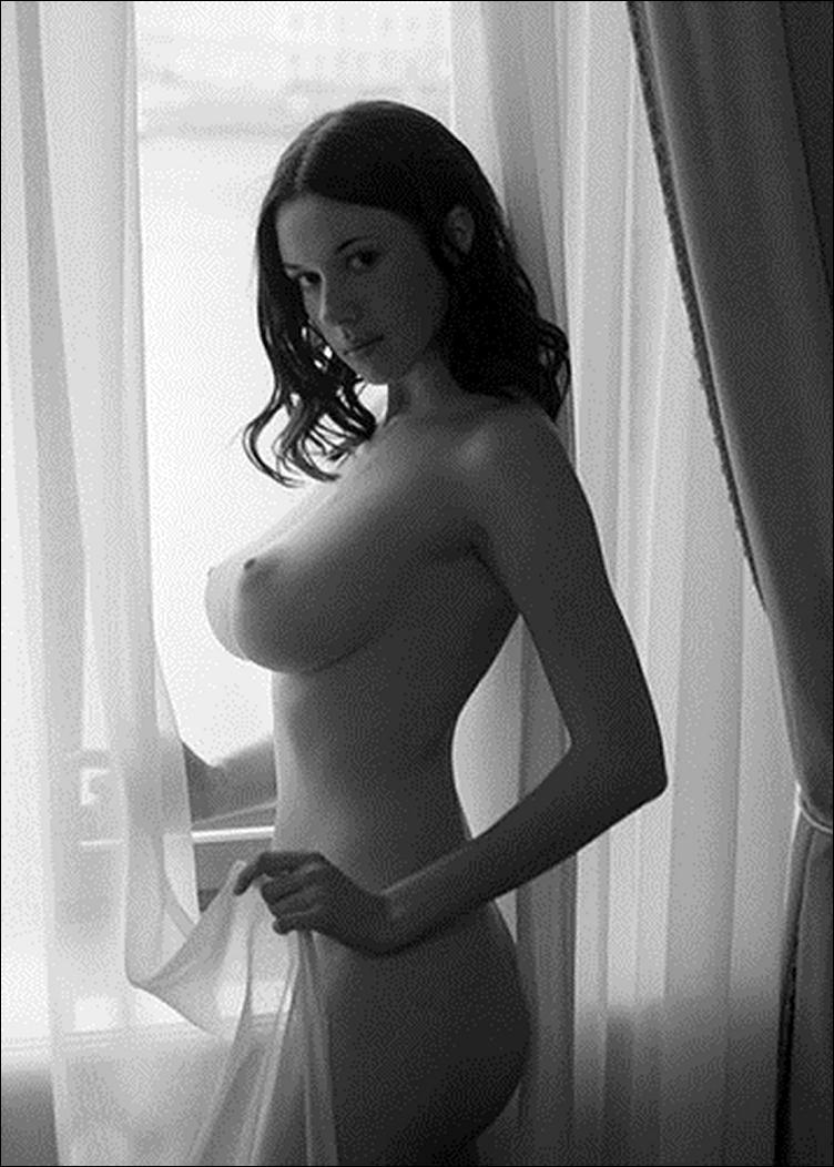 Черно белая фотография большой груди в профиль