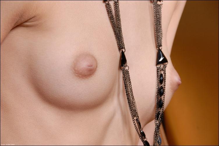 Необычные бусы на груди