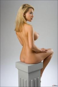 Голая девушка похожая на статую