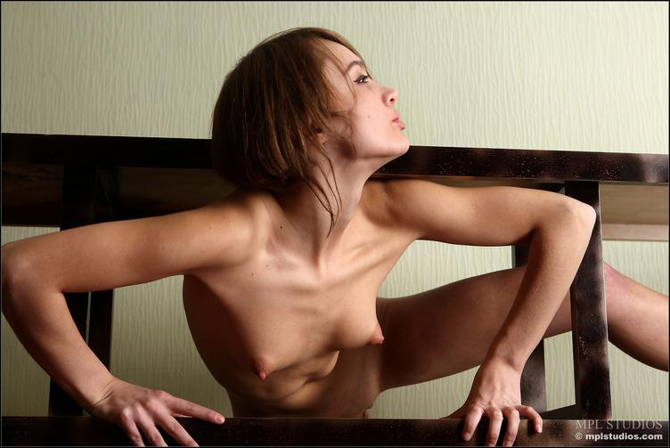 Красивая девушка с треугольными сиськами