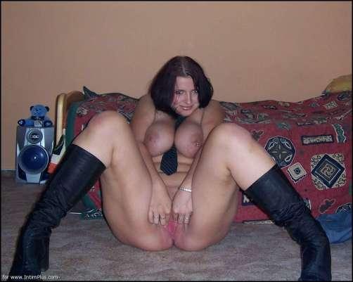 девушка с большими сиськами раздвинула свою киску